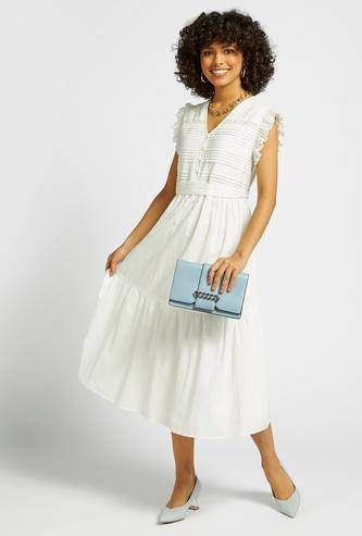 فستان ميدي بارز الملمس دون أكمام بياقة V وأربطة