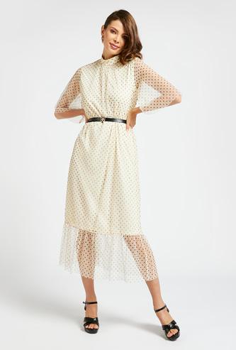 فستان ميدي بطبعات منقّطة وأكمام قصيرة وحزام