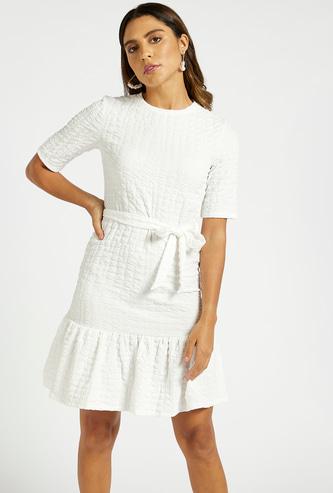 فستان منسوج بارز الملمس متعدد الطبقات بأكمام قصيرة وحزام