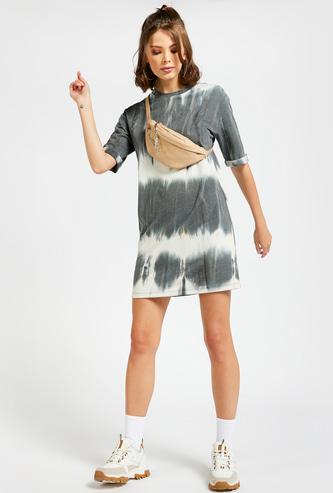 فستان تيشيرت بياقة ضيقة وأكمام قصيرة وطبعات مصبوغة