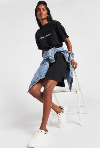 فستان تيشيرت طويل بأكمام قصيرة طبعات ديسي دك