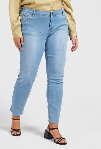 بنطلون جينز طويل بقصّة سكيني وخصر متوسط الارتفاع وجيوب