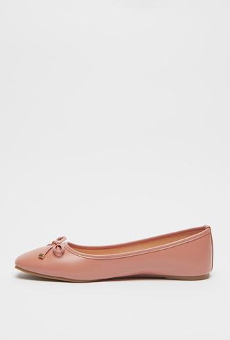 حذاء باليرينا بمقدمة مربعة وفيونكة