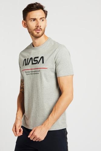تيشيرت بأكمام قصيرة وياقة ضيقة وطبعات منقوشة من ناسا