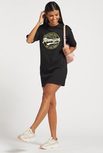 فستان تيشيرت قصير بطبعات جرافيك وأكمام قصيرة