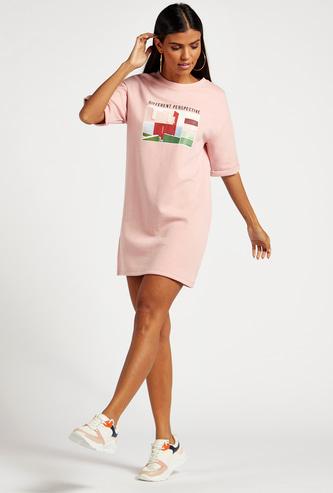 فستان تيشيرت قصير بياقة ضيقة وأكمام قصيرة وطبعات جرافيك