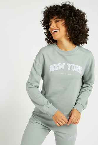 Slogan Print Cropped Sweat Top with Round Neck and Long Sleeves