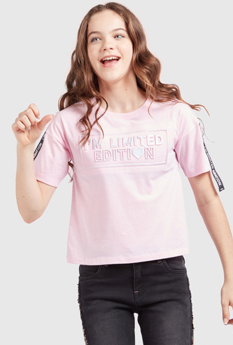Embossed Text Print T-shirt with Round Neck and Short Sleeves