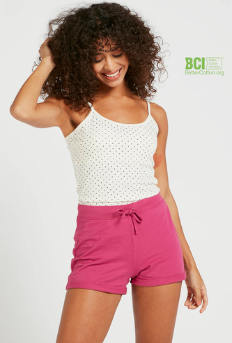 قميص داخلي قصير بياقة عميقة وحمّالات رفيعة وطبعات بالكامل