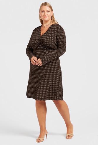 فستان إيه لاين ملفوف بأكمام طويلة وطبعات تزينه بالكامل