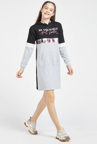 فستان سويت بقوالب ملونة وجيوب كنغر وتفاصيل ترتر