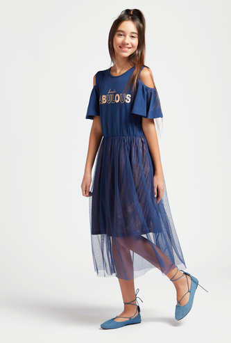 فستان ميدي بياقة مستديرة وأكتاف مكشوفة وطبعات نصية