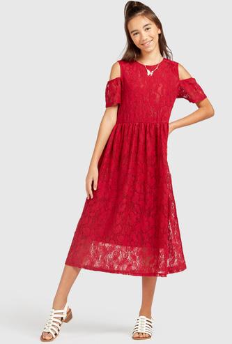 فستان متوسط الطول بأكمام مكشوفة وتفاصيل دانتيل