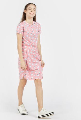 فستان بطول الركبة بياقة ضيقة وأكمام قصيرة وطبعات عليه بالكامل
