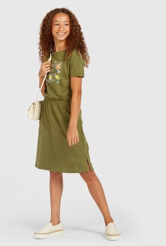 فستان ميدي متوسط الطول بياقة مستديرة وأكمام قصيرة وطبعات