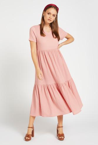 فستان ميدي متعدد الطبقات بارز الملمس بياقة V وأكمام قصيرة