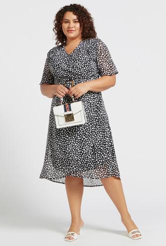 فستان ملفوف متوسط الطول بياقة V وطبعات