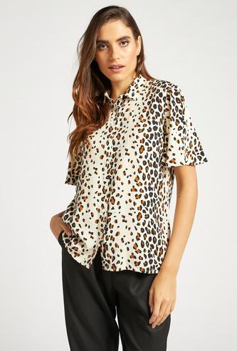 قميص بياقة عادية وأكمام واسعة وطبعات حيوانات