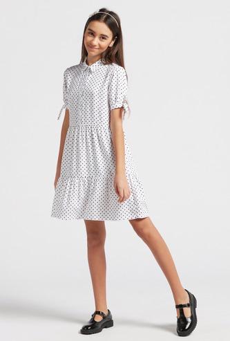 فستان متعدد الطبقات بياقة وأكمام قصيرة وطبعات منقطة
