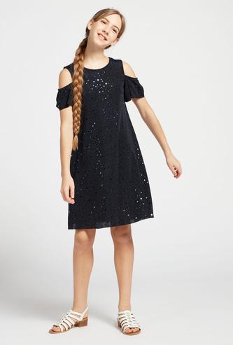 فستان مزين بطول الركبة وأكتاف مكشوفة وأكمام قصيرة