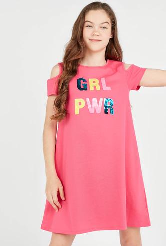 فستان بياقة مستديرة وبأكمام قصيرة بتزيينات ترتر يمكن إستخدامها علي الوجهين