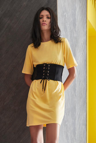 فستان تيشيرت قصير سادة بأكمام قصيرة