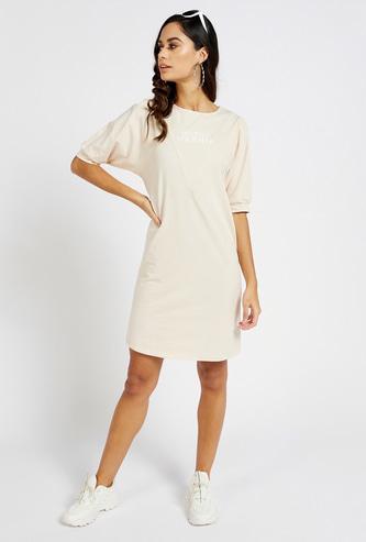 فستان بطول الركبة بطبعات شعار وأكمام قصيرة