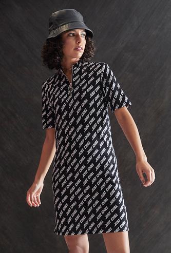 فستان تيشيرت بطبعات تزينه بالكامل وياقة بسحّاب