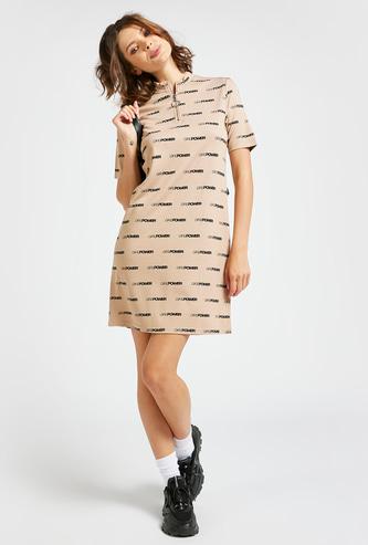 فستان تيشيرت قصير بطبعات نصيّة وياقة بسحّاب