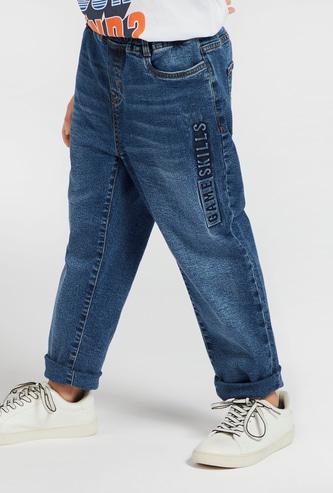 بنطلون جينز بخصر مطاطي وطبعات تايبوجرافيك