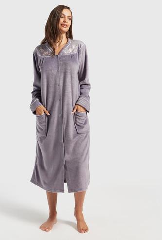 قميص نوم بارز الملمس بأكمام طويلة وجيوب وتفاصيل مطرزة