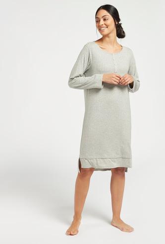 قميص نوم مضلع بياقة مستديرة وأكمام طويلة