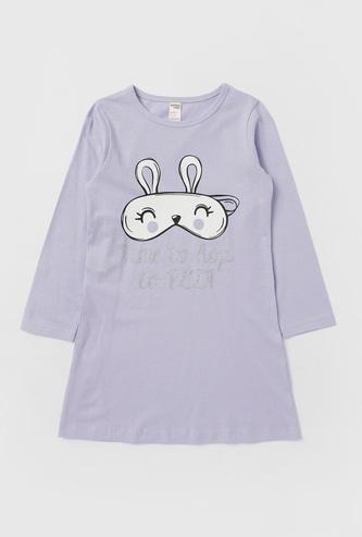 قميص نوم بياقة مستديرة وأكمام قصيرة وطبعات جرافيك
