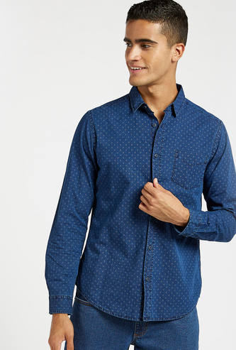 قميص دنيم دوبي بطبعات وأكمام طويلة وجيوب