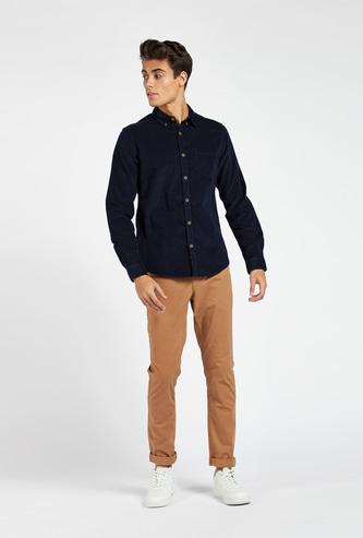 قميص بارز الملمس سليم فيت بياقة عادية وجيب على الصّدر