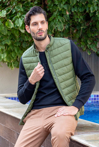 Quilted Sleeveless Parka Jacket with Mandarin Collar and Pockets