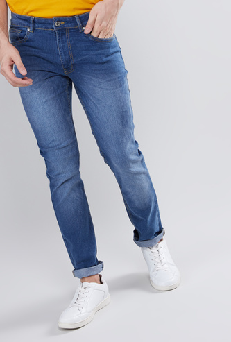بنطلون جينز  بقصّة مطابقة للجسم و5 جيوب وزر إغلاق