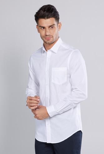 قميص سادة بأكمام طويلة وأزرار وجيوب رقعة