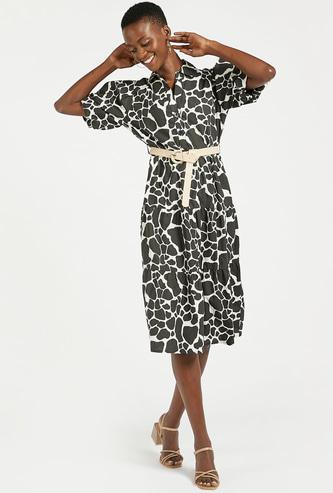 فستان ميدي متعدد الطبقات بأكمام قصيرة وحزام وطبعات