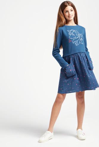 فستان بطبعات جرافيك يونيكورن وياقة مستديرة وأكمام طويلة
