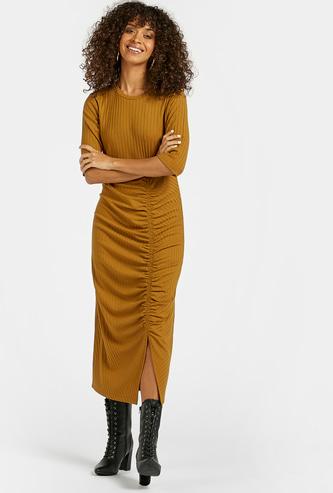 فستان ميدي مضلّع بقصّة ضيّقة وأكمام قصيرة وتفاصيل كشكش