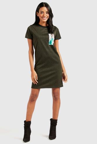 فستان قصير بياقة مستديرة وأكمام قصيرة وطبعات حيوانات
