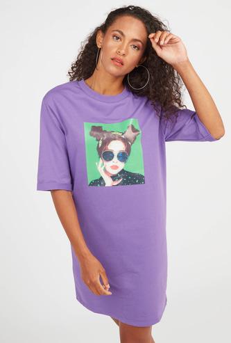 فستان تيشيرت ميني واسع بأكمام قصيرة وطبعات جرافيك