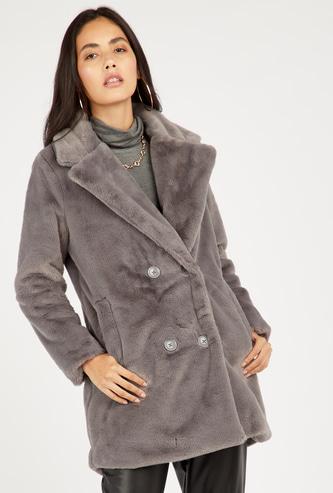معطف فرو بارز الملمس بأكمام طويلة وإغلاق بأزرار