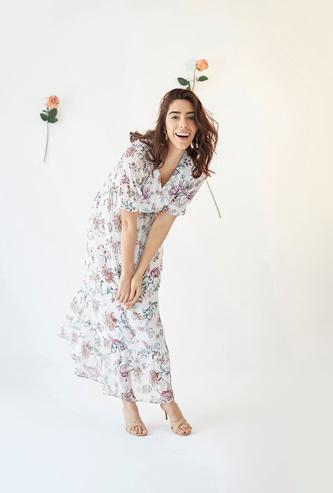 فستان طويل متعدد الطبقات بأكمام طويلة وطبعات أزهار