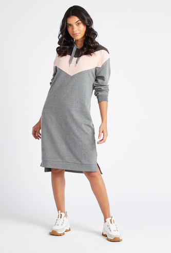 فستان واسع بطول الركبة بتفاصيل شيفون بأكمام طويلة و قبعة