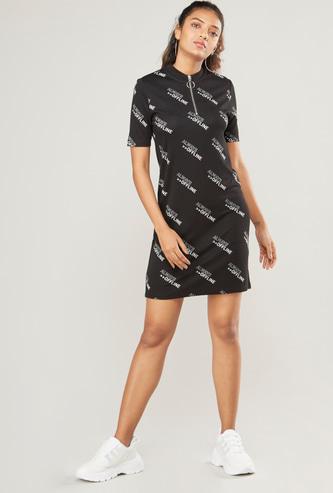 فستان واسع قصير بأكمام قصيرة وطبعات نصيّة