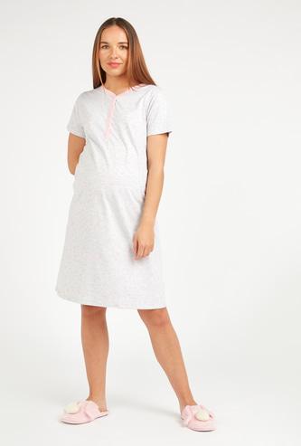 قميص نوم للحوامل بطبعات وأكمام قصيرة