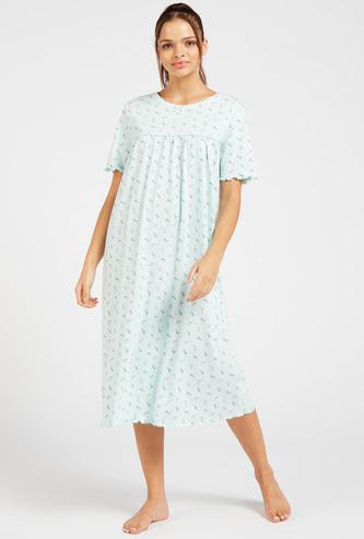 قميص نوم بياقة مستديرة وأكمام قصيرة وطبعات