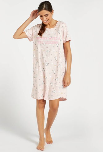 قميص نوم بطبعات بياقة مستديرة وأكمام قصيرة